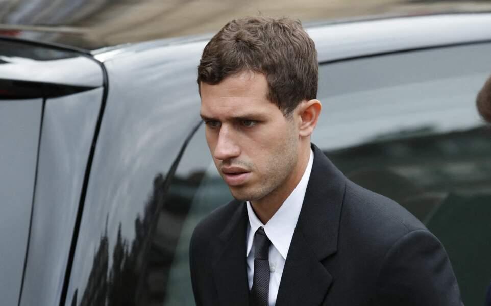 Victor Belmondo le visage fermé à son arrivée aux obsèques de Jean-Paul Belmondo, à l'église Saint-Germain-des-Prés, à Paris, le 10 septembre 2021