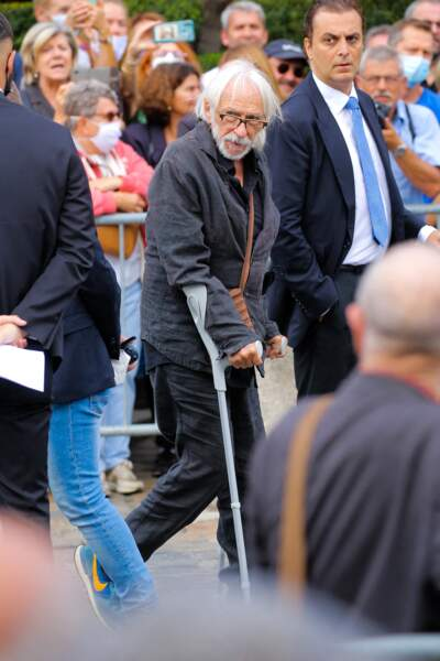 Pierre Richard, en béquilles, à son arrivée aux obsèques de Jean-Paul Belmondo, à l'église Saint-Germain-des-Prés, à Paris, le 10 septembre 2021