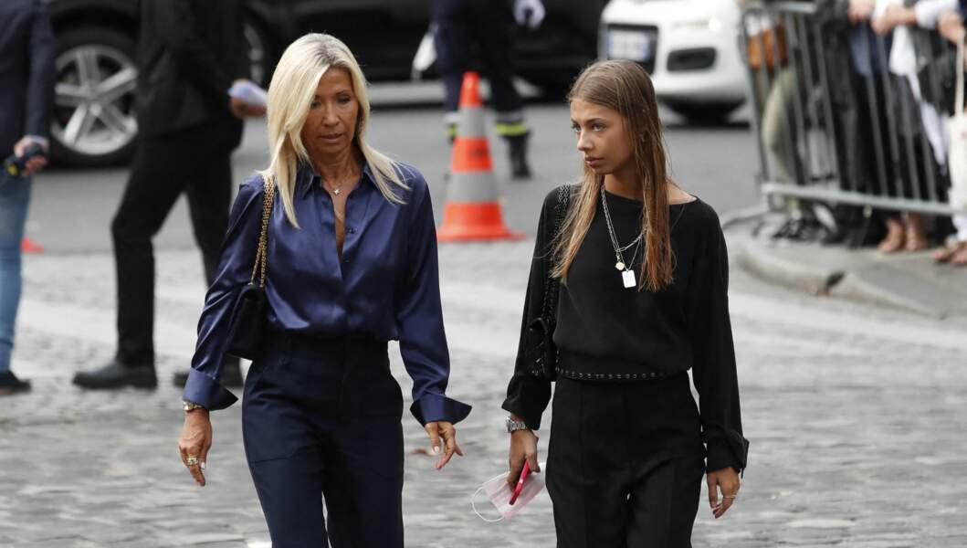 Natty, l'ex-femme de Jean-Paul Belmondo, et sa fille Stella, à leur arrivée aux obsèques de Jean-Paul Belmondo, à l'église Saint-Germain-des-Prés, à Paris, le 10 septembre 2021