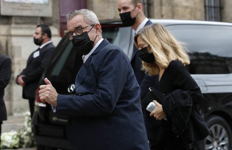 Christophe Dechavanne et sa compagne Elena Foïs à leur arrivée aux obsèques de Jean-Paul Belmondo, à l'église Saint-Germain-des-Prés, à Paris, le 10 septembre 2021