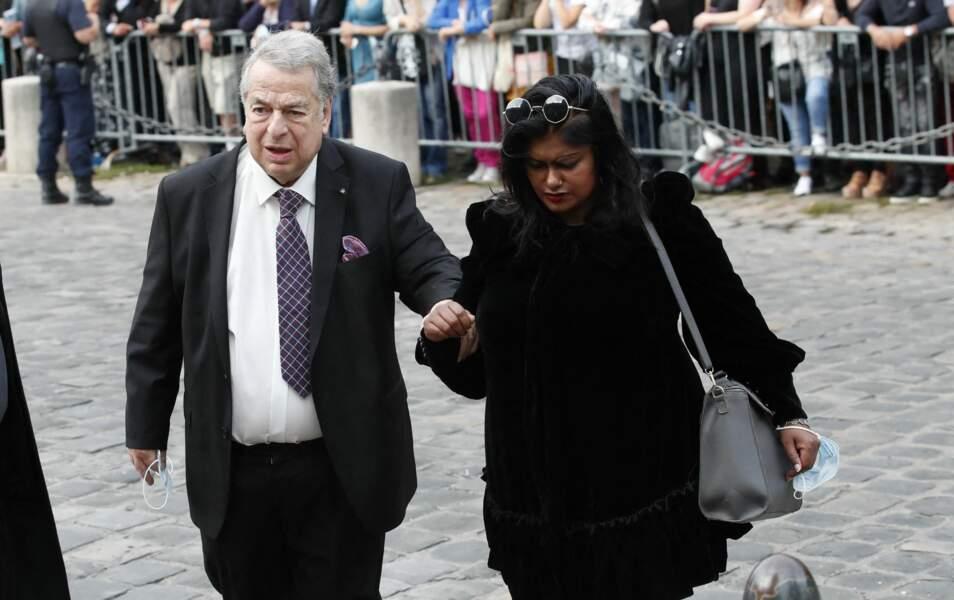 L'homme d'affaires Paul-Loup Sulitzer et sa compagne Supriya Answya Devi Rathoar à leur arrivée aux obsèques de Jean-Paul Belmondo, à l'église Saint-Germain-des-Prés, à Paris, le 10 septembre 2021