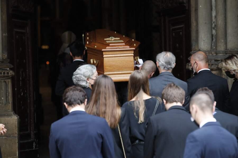 Le cercueil de Jean-Paul Belmondo pénètre dans l'église Saint-Germain-des-Prés, à Paris, le 10 septembre 2021