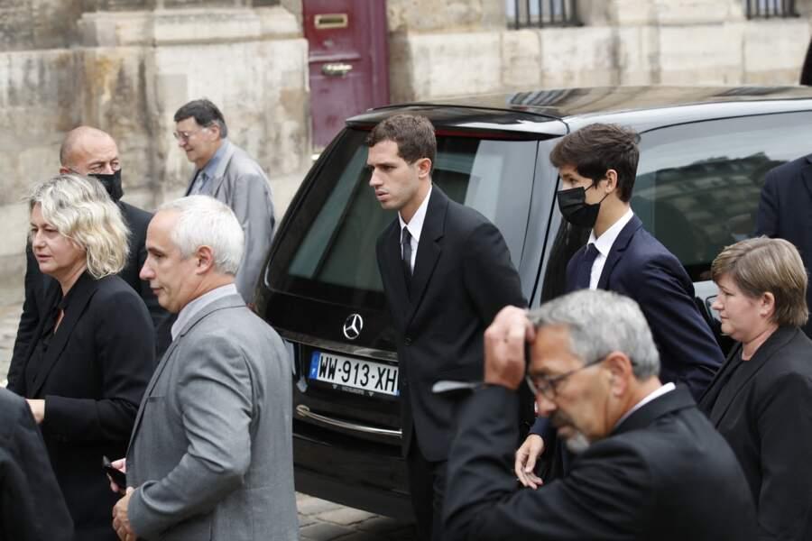 Luana Belmondo, suivie de son fils Victor, aux obsèques de Jean-Paul Belmondo, à l'église Saint-Germain-des-Prés, à Paris, le 10 septembre 2021
