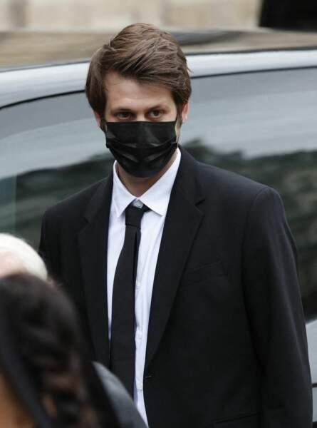 Alessandro Belmondo, masqué, à son arrivée aux obsèques de Jean-Paul Belmondo, à l'église Saint-Germain-des-Prés, à Paris, le 10 septembre 2021