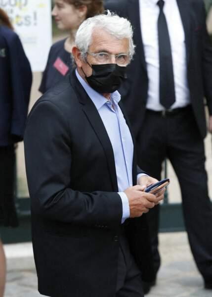 Michel Boujenah, masqué, à son arrivée aux obsèques de Jean-Paul Belmondo, à l'église Saint-Germain-des-Prés, à Paris, le 10 septembre 2021