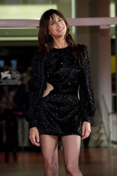 Charlotte Gainsbourg ravissante dans une robe noire courte et strassée Saint-Laurent Paris à la Mostra de Venise, le 9 septembre 2021.