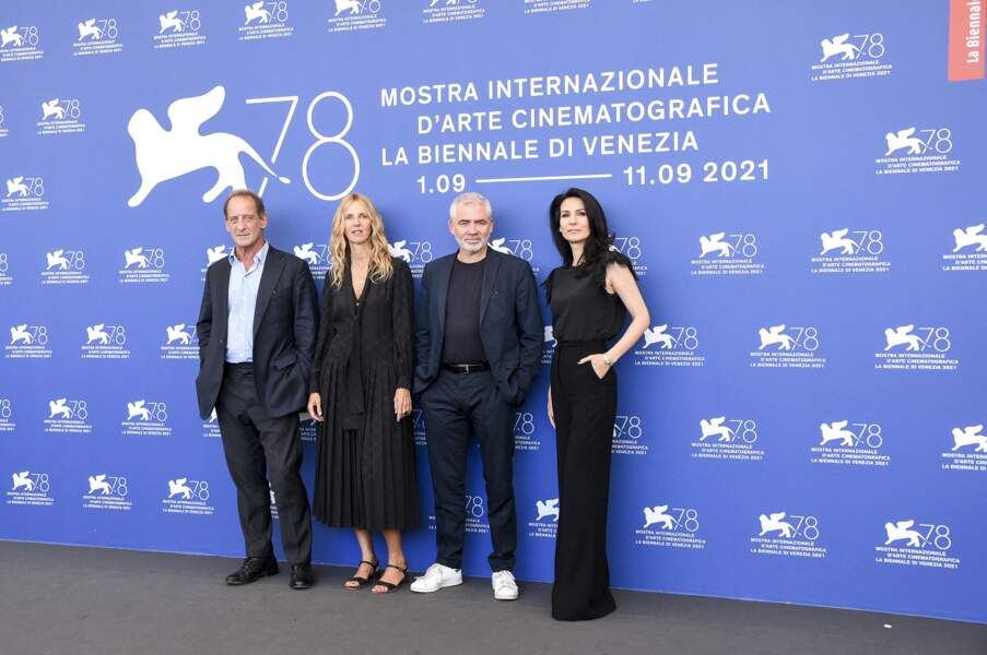 """Vincent Lindon, Sandrine Kiberlain, Stéphane Brizé et Marie Drucker lors du photocall du film """"Un autre monde"""" à Venise"""