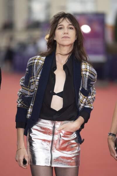 Charlotte Gainsbourg portait lors du Festival de Deauville une chemise et un gilet tout en laissant apparaître sa lingerie.