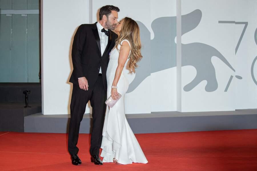 Ben Affleck et Jennifer Lopez s'échangent un tendre baiser devant les photographes à la Mostra, ce 1à septembre