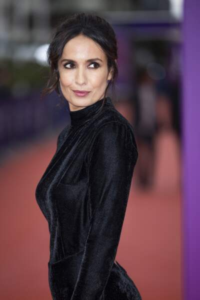 """Amelle Chahbi arborait une somptueuse robe noire pour la première du film """"Dune"""" lors de la 47éme édition du Festival du Cinéma Américain de Deauville le 10 septembre 2021."""