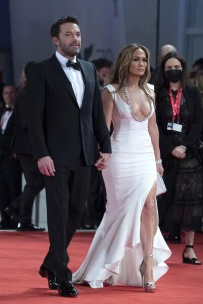 Comme à son habitude, Jennifer Lopez a misé sur un mixte parfait entre le glamour et le sexy avec une robe George Hobeika, ce vendredi 10 septembre