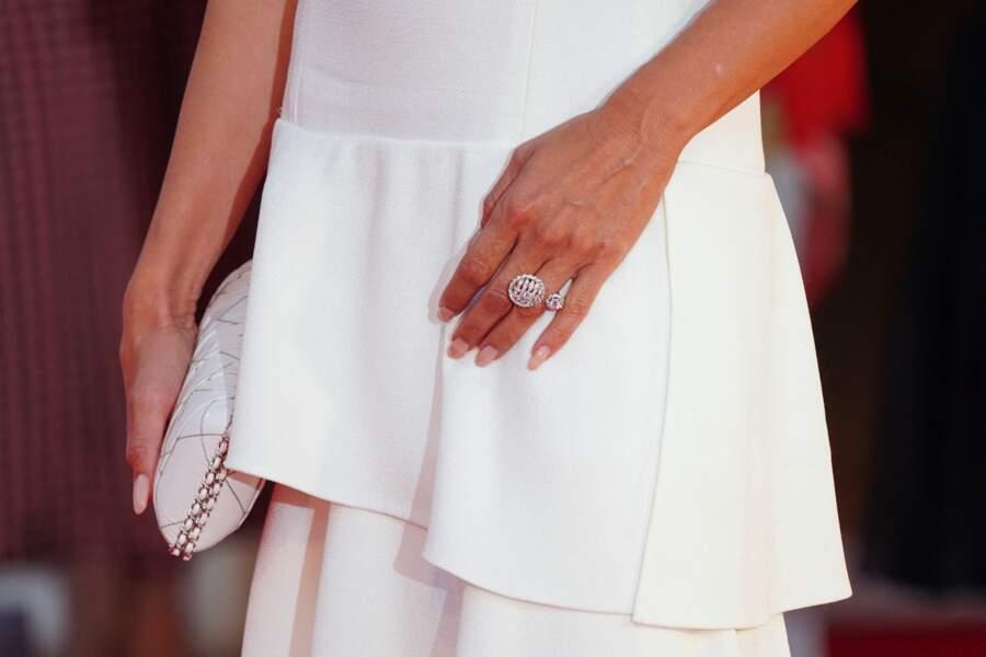 La splendide bague accompagnée d'une pochette assortie à la robe n'ont rien gâché à l'élégance de la muse de Pedro Almodovar.