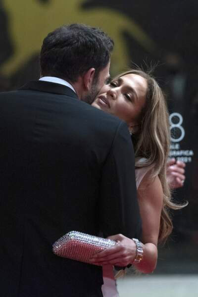 Ben Affleck enlace Jennifer Lopez sur le tapis rouge, à Venise ce vendredi 10 septembre