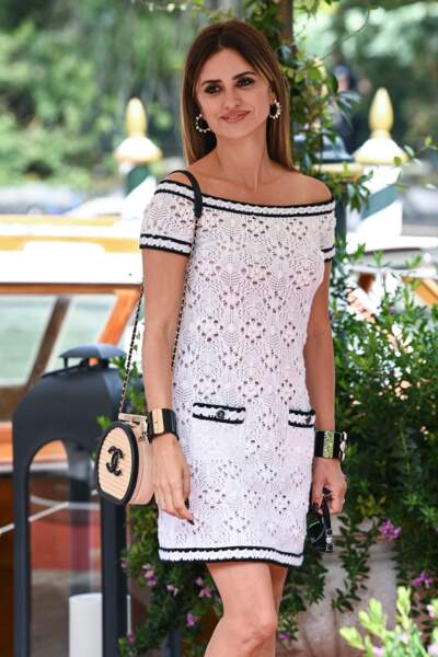 Avec ou sans lunettes de soleil, son look Chanel était très élégant.
