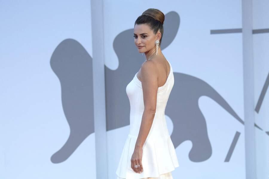 L'actrice espagnole est apparue le 4 septembre dans une robe blanche immaculée.