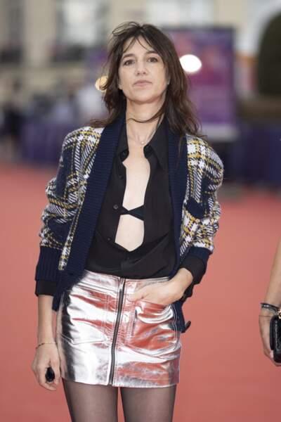 Charlotte Gainsbourg portait une jupe métallisée et une chemise ouverte lors du Festival de Deauville.