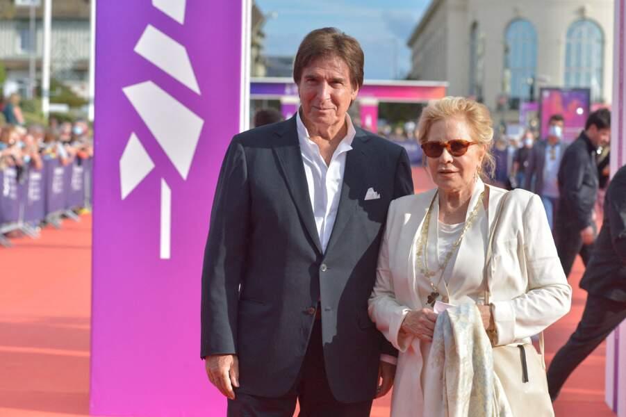 Sylvie Vartan et Tony Scotti devant les photographes lors de la cérémonie de clôture du 47e Festival de Deauville, le 11 septembre 2021.