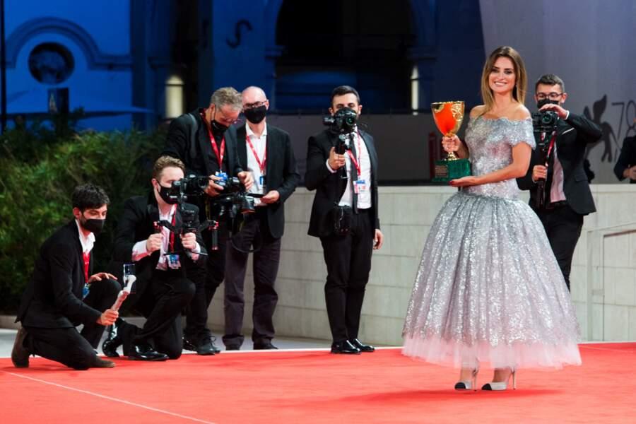 Penelope Cruz telle une princesse sur le tapis rouge de la Mostra ce 11 septembre