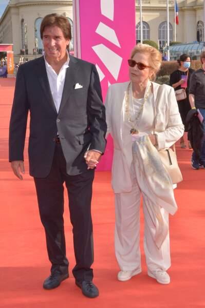 Sylvie Vartan et Tony Scotti sont apparue avec un ensemble de smoking noir et blanc lors de la cérémonie de clôture du 47e Festival de Deauville, le 11 septembre 2021.