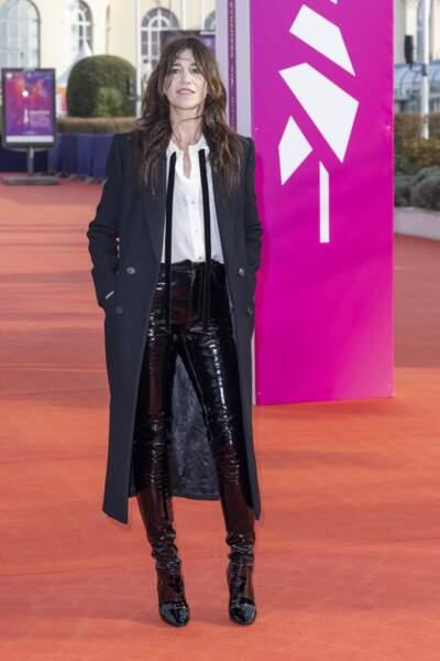Souriante, Charlotte Gainsbourg, sur le tapis rouge du Festival de Deauville