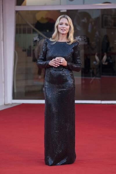 Virginie Efira vêtue de noir sur le tapis rouge de la Mostra de Venise