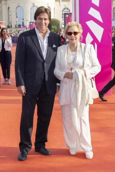 Sylvie Vartan et Tony Scotti prennent la pose lors de la cérémonie de clôture du 47e Festival de Deauville, le 11 septembre 2021.