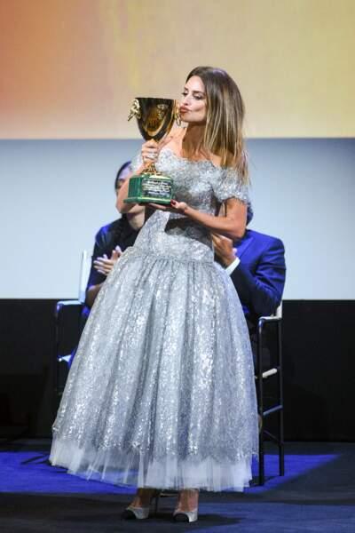 Penelope Cruz embrasse son trophée sur la scène face au public présent à la Mostra,  le 11 septembre