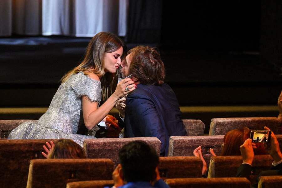 Penelope Cruz embrasse Javier Bardem lors de la cérémonie de remise de prix lors du 78ème festival international du film de Venise, la Mostra le 11 septembre