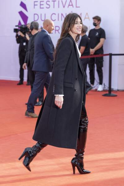 Souriante, Charlotte Gainsbourg, foule le tapis rouge du Festival de Deauville