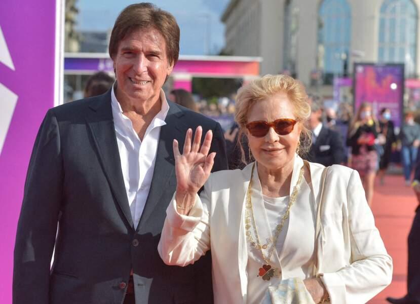 Sylvie Vartan et Tony Scotti ont salué les photographes lors de la cérémonie de clôture du 47e Festival de Deauville, le 11 septembre 2021.
