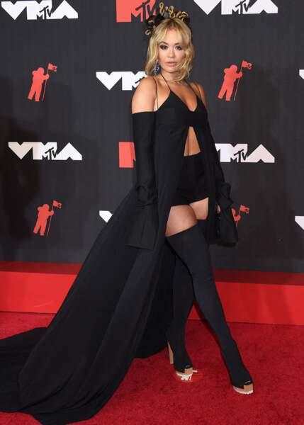 Rita Ora en longue cape et cuissardes