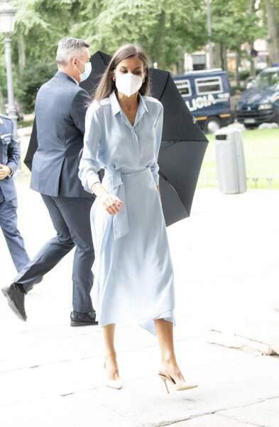 Pour compléter son élégante robe-chemise, la reine Letizia d'Espagne a enfilé une paire de stilettos en cuir vernis beige, au musée du Prado, à Madrid, le 13 septembre 2021.
