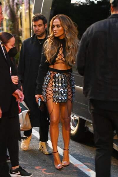 """Peau caramel, cheveux xxl,   Jennifer Lopez canon pour sa prestation aux """"Video Music Awards (MVA)"""", le 12 septembre 2021."""