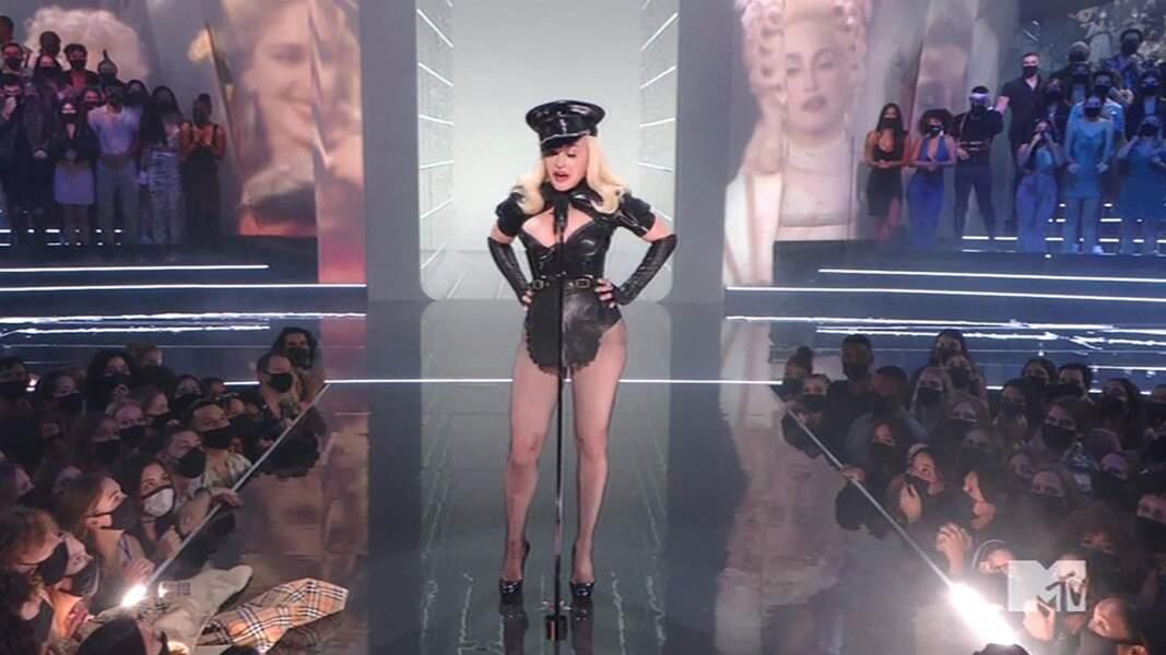 Madonna a créée la surprise dans cette tenue signée Burberry