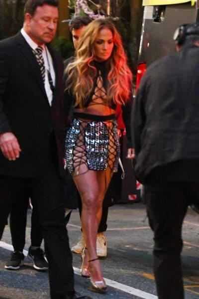 Jennifer Lopez mise sur u top et une jupe David Koma printemps/été 2022