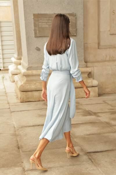 Juchée sur des escarpins en cuir beige, la reine Letizia d'Espagne a fait sensation à son arrivée au musée du Prado, à Madrid, le 13 septembre 2021.