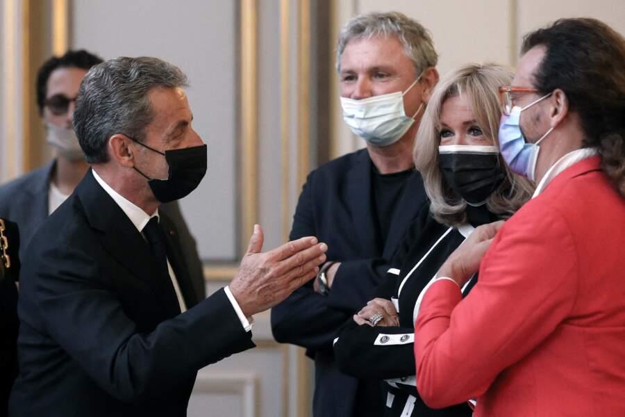 L'ancien président de la République Nicolas Sarkozy échange avec Brigitte Macron et d'autres invités à l'inauguration de l'exposition 'Pavoisé : Travail in situ', de Daniel Buren, à l'Élysée