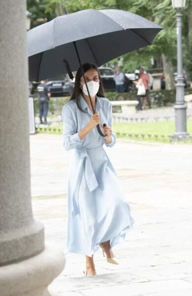 Malgré la pluie, la reine Letizia d'Espagne a sorti la robe chemise blue baby pour visiter le Musée du Prado, à Madrid, le 13 septembre 2012.