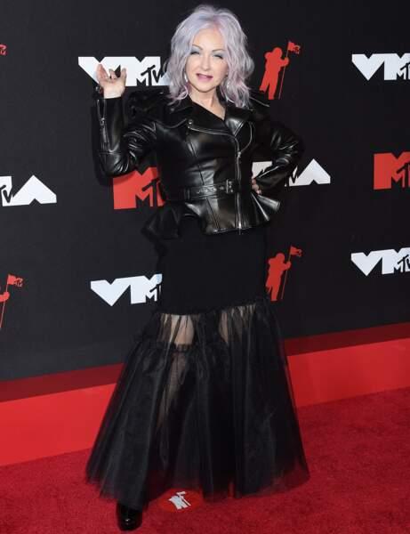 Cyndi Lauper cheveux argentés et  jupon noir