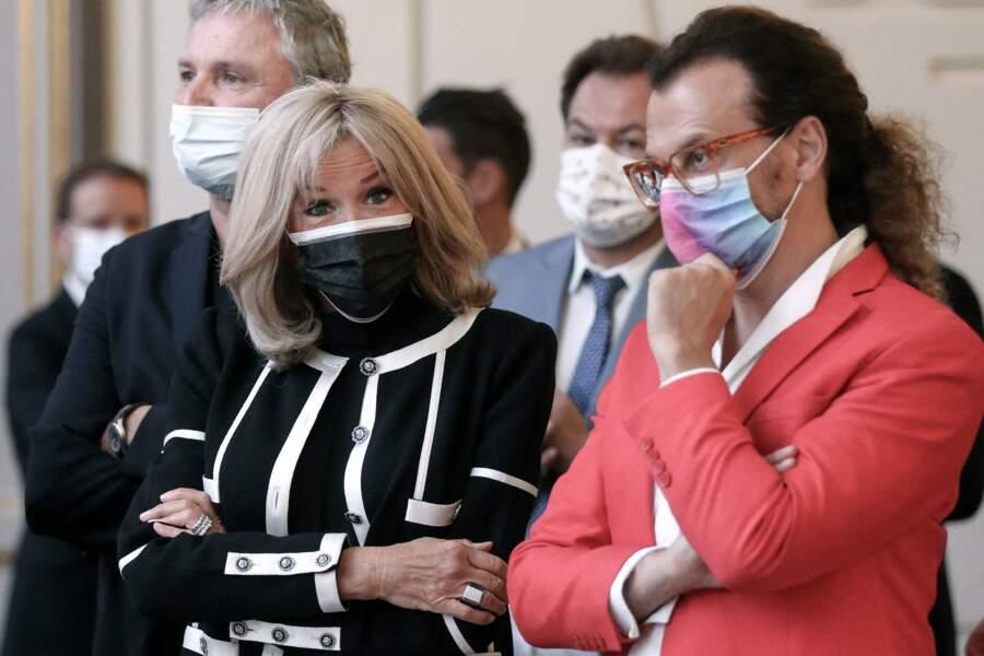 Brigitte Macron observe les photographes lors de l'inauguration de l'exposition de Daniel Buren à l'Élysée, ce 13 septembre 2021