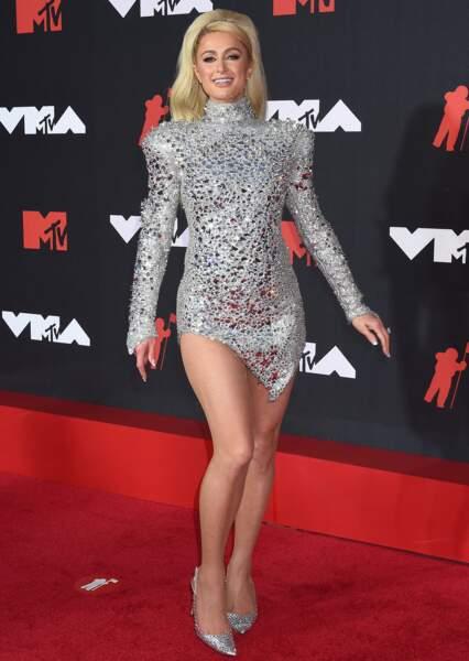Paris Hilton en robe courte strassée