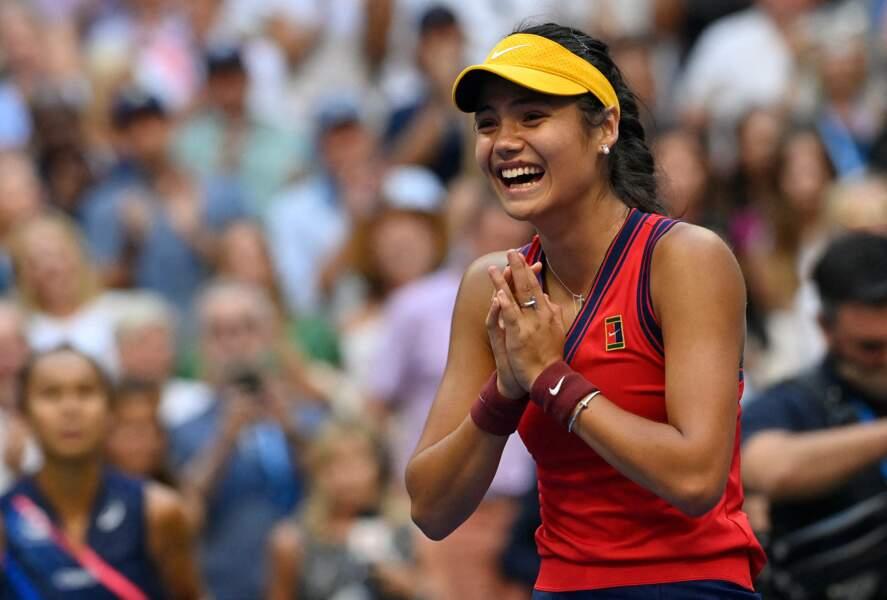 Emma Raducanu, 18 ans, a signé un contrat avec Tiffany & Co et porte de somptueuses boucles d'oreilles pour sa victoire à l'US Open.