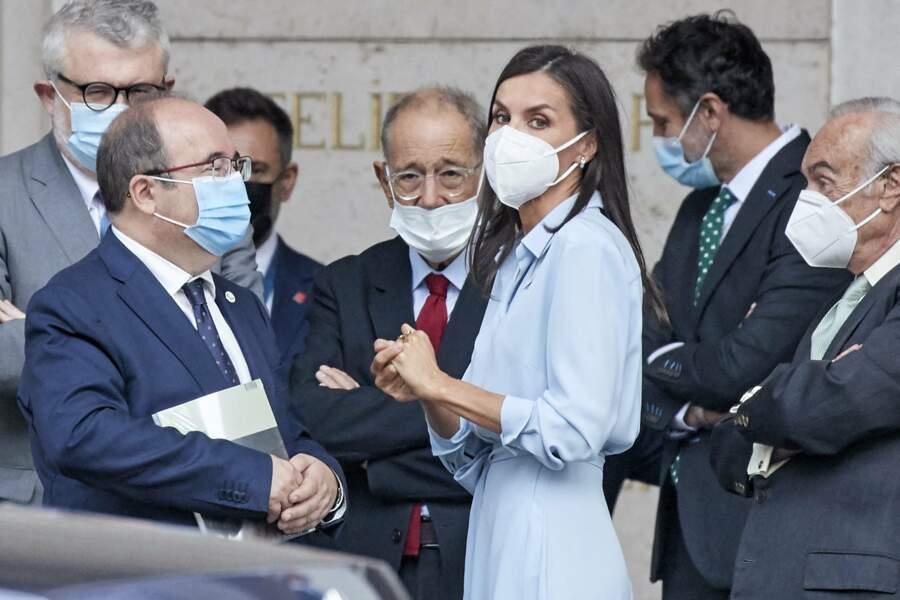 """Sophistiquée et raffinée la reine Letizia d'Espagne a offert une énième leçon de style dans une robe chemise baby blue lors du vernissage de l'exposition """"Quarante ans d'amitié. Dons de la Fondation du musée des amis du Prado"""" au musée du Prado, à Madrid, le 13 septembre 2021."""