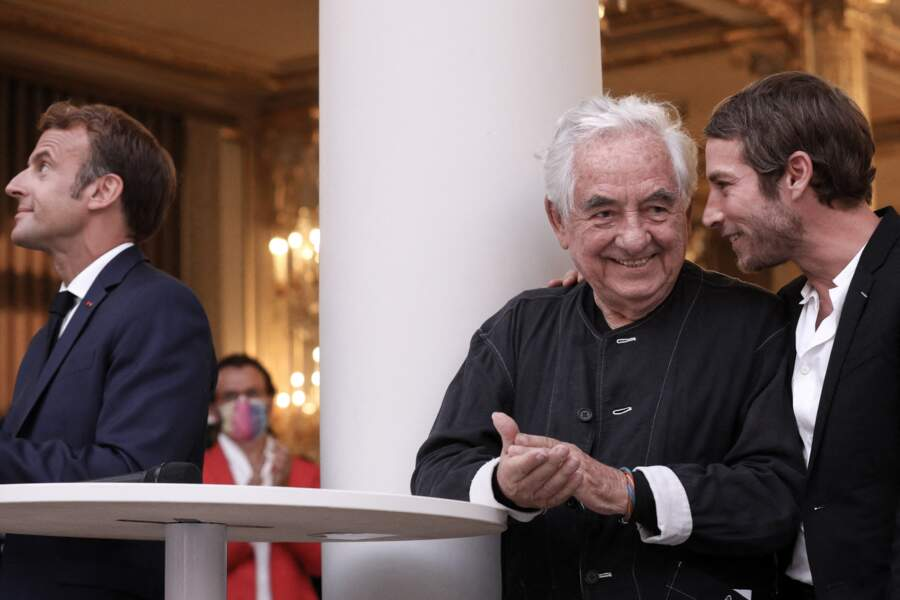 Emmanuel Macron admire la verrière imaginée par Daniel Buren dans le jardin d'hiver de l'Élysée, ce lundi 13 septembre 2021
