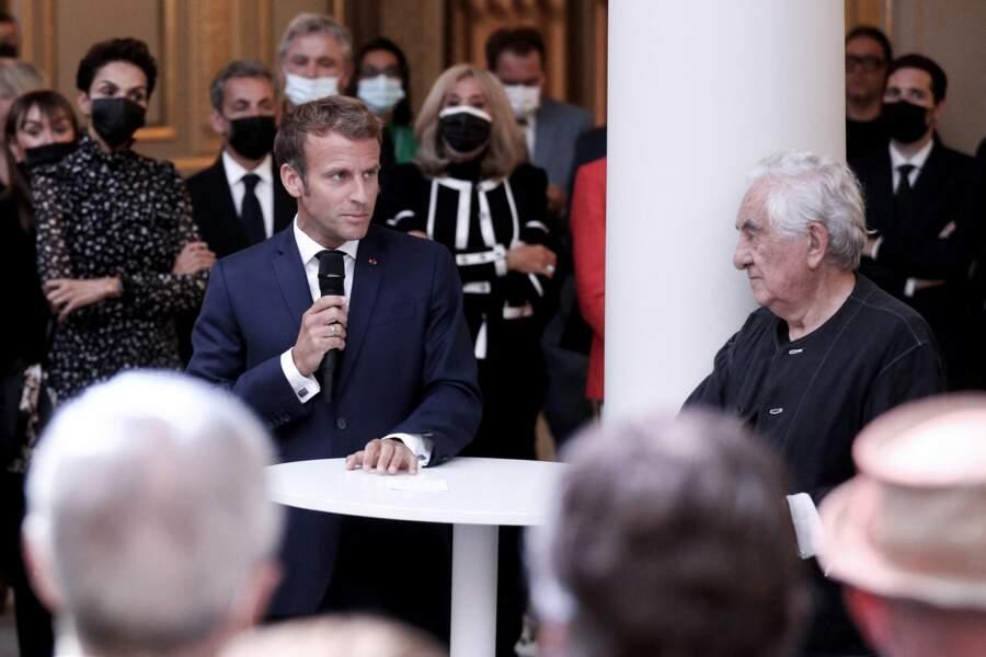 """Le président de la République Emmanuel Macron a salué l'œuvre """"patriotique, libre et éphémère"""" de Daniel Buren, ce lundi 13 septembre"""