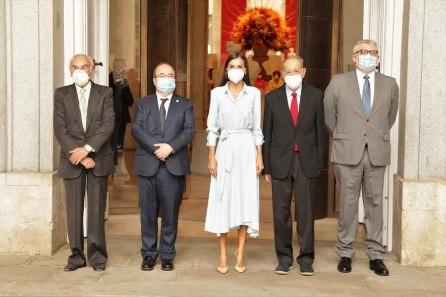 Aux côtés du ministre de la Culture et des Sports, le président du Conseil royal d'administration du Musée, le président de la Fundación Amigos del Museo del Prado et le directeur, Letizia d'Espagne a capté tous les regards dans son look casual-chic, au musée du Prado, à Madrid, le 13 septembre 2021.