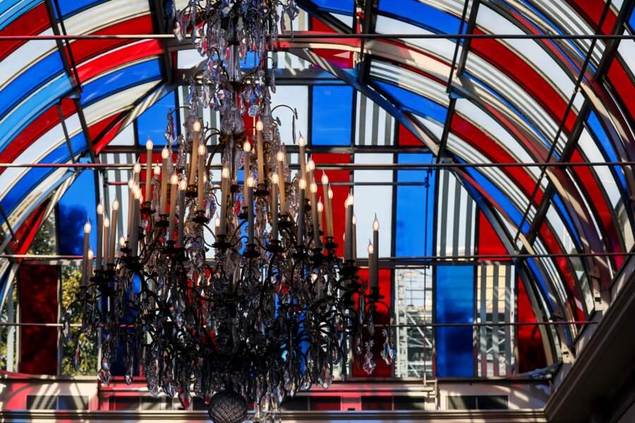 """L'œuvre de Daniel Buren, installée dans le jardin d'hiver de l'Élysée, """"Pavoisé : travail in situ"""", s'inspire des couleurs du drapeau français"""