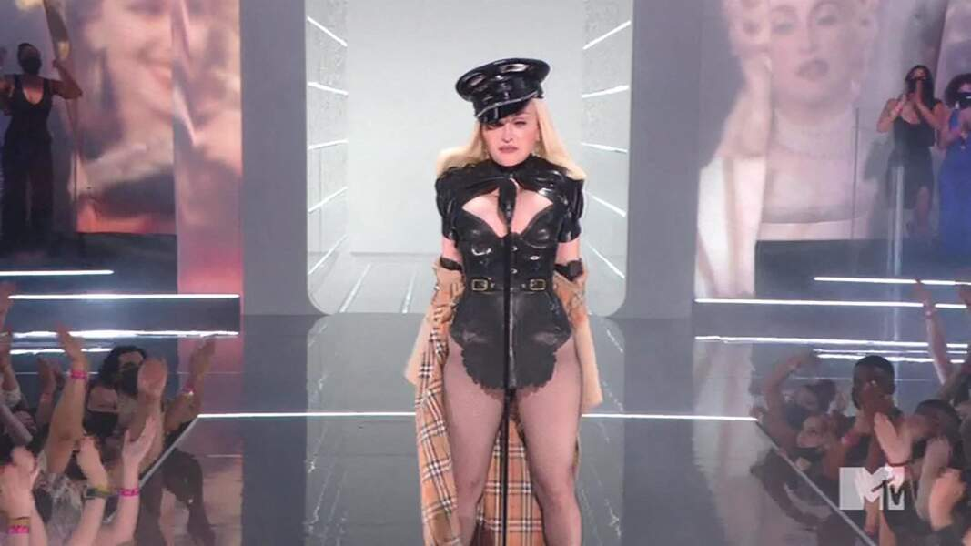 """Madonna sur la scène des """"Music Video Awards (VMA)"""" à New York, le 12 septembre 2021."""