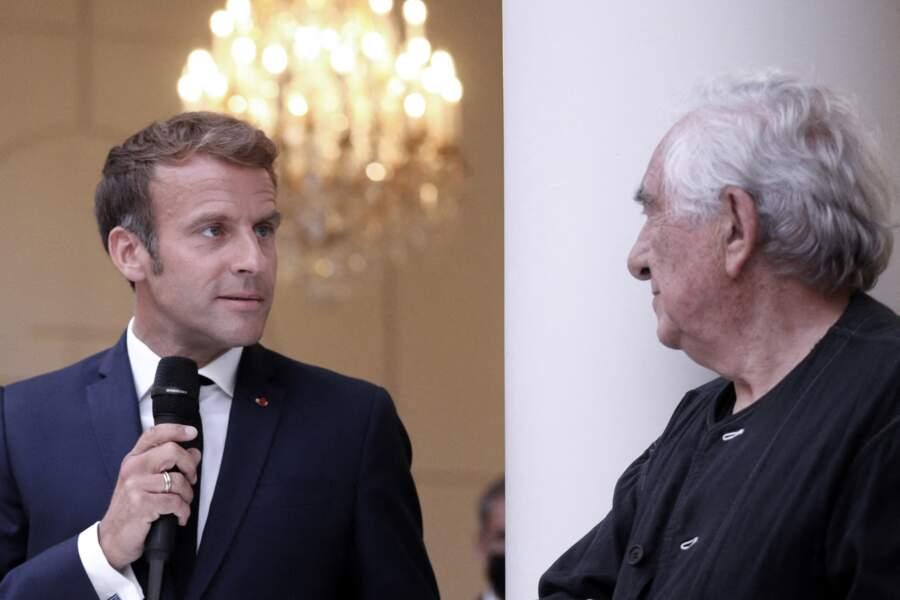 """Le président Emmanuel Macron a salué le travail de Daniel Buren, figure majeure de l'art contemporain français, en inaugurant son œuvre """"Pavoisé : travail in situ"""" dans le jardin d'hiver de l'Élysée, le 13 septembre 2021"""