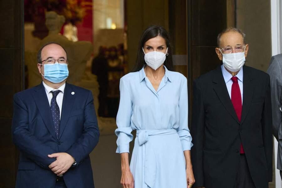 """Dans une robe chemise bleu layette, la reine Letizia d'Espagne a dévoilé sa silhouette longiligne lors du vernissage de l'exposition """"Quarante ans d'amitié. Dons de la Fondation du musée des amis du Prado"""" au musée du Prado, à Madrid, le 13 septembre 2021."""